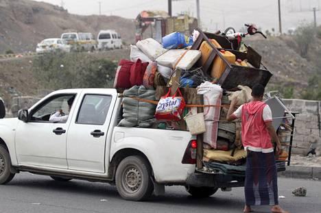 Ihmisiä pakenemassa sotaa Jemenin pääkaupungista Sanaasta vuonna 2015.