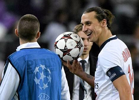 Zlatan Ibrahimovic pitelee pelipalloa käsissään tehtyään neljä maalia Anderlechtin verkkoon Mestarien liigassa.