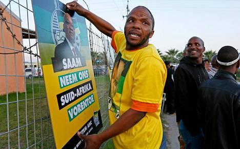 ANC-puolueen kannattaja ripusti vaalijulistetta lähellä Kapkaupunkia sijaitsevassa Dunoonin kylässä keskiviikkona.