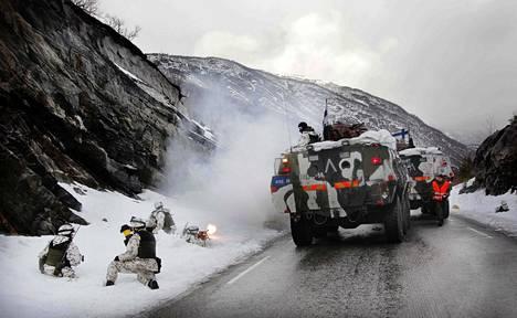 Suomalaissotilaita Norjassa: Porin prikaatin reserviläiset valtasivat yhdessä norjalaispataljoonan kanssa sillan Tromssan alueella maaliskuussa 2012.