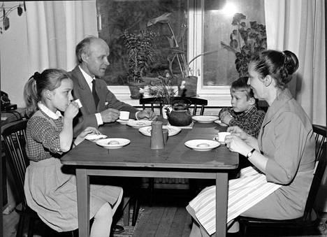 Aimo Tukiainen perheineen kotiaterialla Lauttasaaressa 1950-luvun loppupuolella. Vasemmalta oikealle: Mirja, Aimo, Heikki ja Annikki.