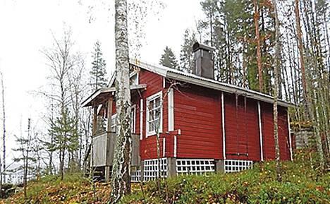 Kangasniemi, Puula, noin 250 kilometrin päässä Helsingistä. 2800 neliömetrin saaressa sijaitseva mökki vuodelta 1985. Puuhella, savusauna, puusee.