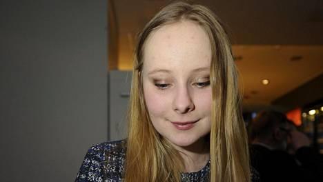 Anna Rukko (kok) seurasi ääntenlaskentaa sunnuntaina Espoon kokoomuksen vaalivalvojaisissa Tapiolan Gardenissa.