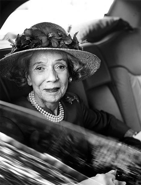 Brooke Astor oli New Yorkin seurapiirien kuningatar, jonka tyyliin kuuluivat aina valkoiset käsineet, hattu sekä kauniit korut. Vielä 96-vuotiaanakin.