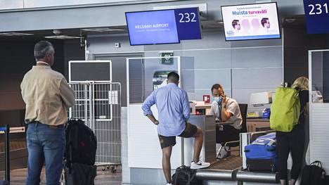 Finavia suosittelee kasvomaskeja lentokentällä liikkuessa.