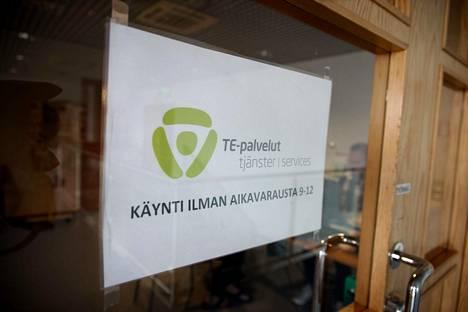 Lähes joka neljäs suomalainen on jo lomautettu, irtisanottu tai irtisanomisuhan alla.