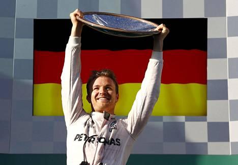 Nico Rosbergilla on sekä Suomen että Saksan kansalaisuus, mutta hän ajoi F1-sarjaa Saksan lisenssillä. Kuva Australian GP:n palkintopallilta maaliskuulta 2016.