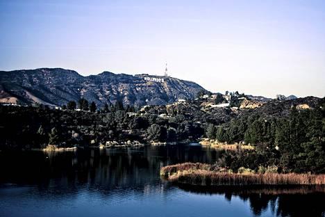 Yllättävän vehreä näkymä avautuu Hollywood Reservoirin rannalla, vain kolme kilometriä Hollywood Walk of Famelta pohjoiseen.