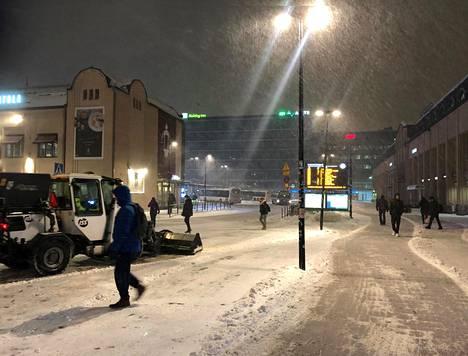 Lumisade alkoi tihentyä puoli seitsemän aikoihin Helsingin keskustassa. Asema-aukiota aurattiin loppuyön lumesta.