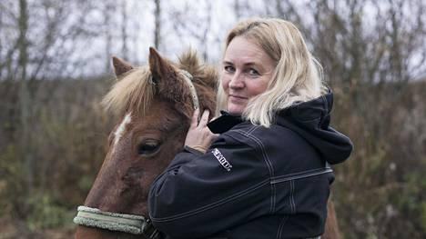 Katja Eschner on palannut munuaissiirron jälkeen sekä varsinaiseen työhönsä että harrastusten pariin. Sivutöinään hän opettaa Vantaalla ratsastusta. Ratsastukseen ei vielä kuvauspäivänä lokakuussa ollut lääkärin lupaa, mutta hevosten parissa hän viihtyi jo tavalliseen tapaan.