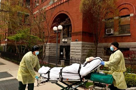 Cobble Hill Health Centeristä kannettiin ulos potilasta New Yorkin Brooklynissä 17. huhtikuuta.