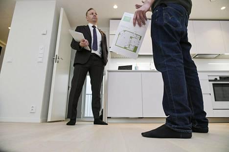 Kiinteistömaailman mukaan vanhojen asuntojen kauppa kävi tammikuussa vilkkaasti, mutta uusien asuntojen kauppaa häiritsee tarjonnan vähäisyys. Kuvassa kiinteistövälittäjä Antti Kainulainen (vas.) esittelee asuntoa Katajanokalla Helsingissä 17. maaliskuuta 2020.