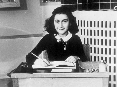 Anne Frank kirjoittamassa päiväkirjaansa vuonna 1940.