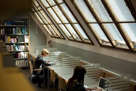 Opiskelijoita Helsingin yliopiston oikeustieteellisen kirjastossa vuonna 2011.