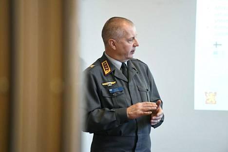 Maavoimien komentaja Petri Hulkko kertoi puolustushaaransa ajankohtaisista hankkeista keskiviikkona Helsingissä.
