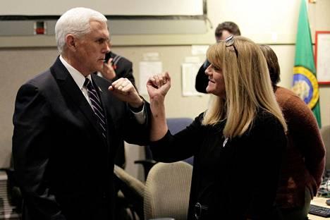 Koronavirustaudista vastaava varapresidentti Mike Pence teki kyynärpäätervehdyksiä vieraillessaan epidemian koettelemassa Washingtonin osavaltiossa torstaina.