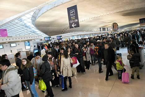 Matkustajia Pariisin kansainvälisellä lentokentällä joulukuussa.