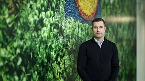 Lidlin toimitusjohtaja Nicholas Pennanen kuvattiin Hannuksen myymälässä Espoossa.