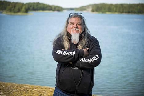 Kesät Hannu Leidén viettää aina Nauvon Högsarin maisemissa, jotka muistaa jo varhaislapsuudestaan. Hänen isoisänsä isä pystytti samaan saareen ensimmäisen talonsa jo 1899.