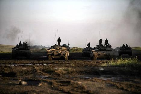 Israelin panssarijoukkoja lauantaina Syyrian ja Israelin rajan tuntumassa Golanin kukkuloilla.