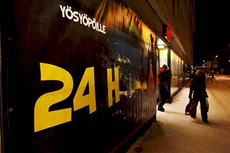 Osa päivittäistavarakaupoista on avoinna läpi vuorokauden. Yksi näistä myymälöistä on Alepa Helsingin Taka-Töölössä Mannerheimintiellä.