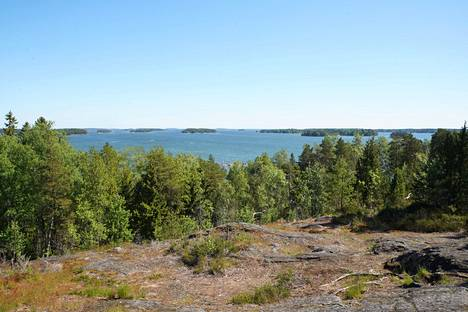 Vartiosaaressa on vajaat 60 huvilaa, mutta suurin osa saaresta on rakentamatonta. Näkymä etelään on esteetön.