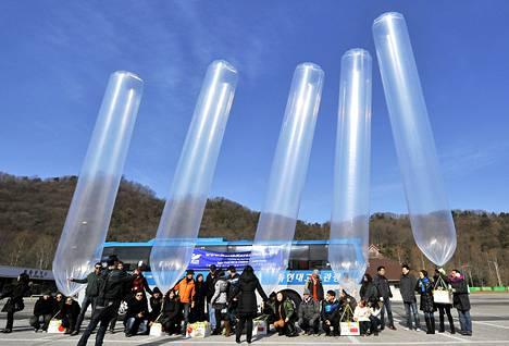 Eteläkorealainen avustusjärjestö lennätti 1000 sukkaparia ilmapallokyydillä pohjois-Koreaan. lämpöisiä sukkia Pohjois-Koreaan.