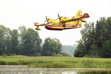 Ranskalainen sammutuskone laskeutui ottamaan vettä Hönäsissä Fläckebon metsäjärveltä torstaina.