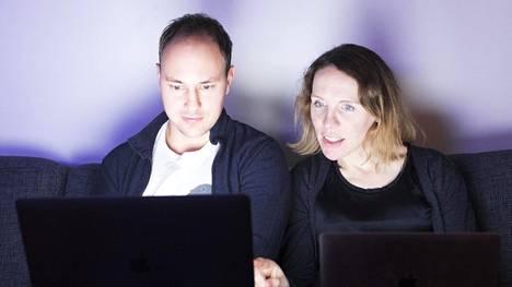 """Sonja Rajala ja Tommi Pajala jakavat kotityönsä tasan Excelin avulla. """"Jos työelämään halutaan tasa-arvoa, sitä pitää luoda myös kotona"""", Rajala sanoo."""