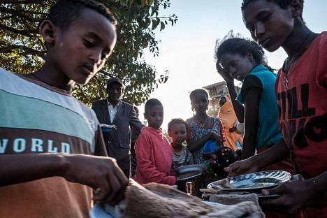 Sodan vuoksi kodeistaan pakenemaan joutuneet lapset saivat ruoka-apua Tigrayn osavaltion länsiosissa viime helmikuussa.