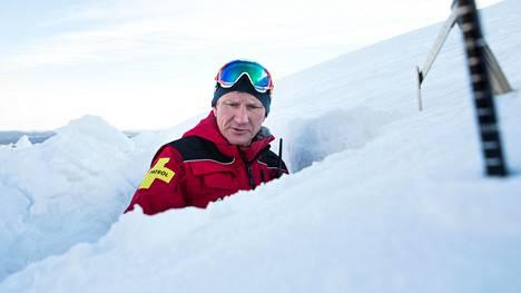 Lumivyöryteknikko Tuomo Poukkanen kaivoi Ylläksen rinteeseen kuopan tehdäkseen lumivyöryennusteen.