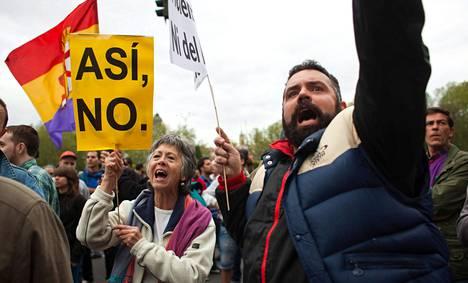 Alicia García ja Benjamin Martin osoittivat mieltään Espanjan parlamentin edustalla torstaina Madridissa.