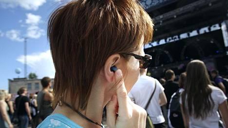Kannattaa myös muistaa, että musiikin jatkuva kuuntelu kuulokkeilla ei tee korville hyvää.