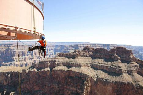 Työntekijät puhdistivat hevosenkengän muotoista katselutasannetta Grand Canyonilla Arizonassa.