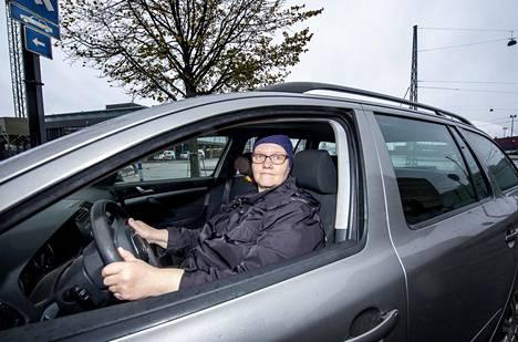 Eila Hatakka palasi rattiin 11 vuoden jälkeen. Hän ajaa enimmäkseen Helsingin keskustassa.