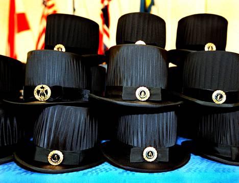 Kirjoittaja on pettynyt koulutuksen arvostukseen yhteiskunnassa. Kuvassa teknillisen korkeakoulun tohtoriksi promotoitavien hattuja.