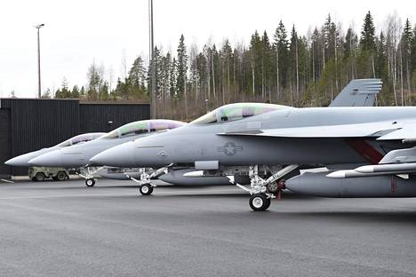 Super Hornet -rivistö Pirkkalassa, Growler kauimpaisena.