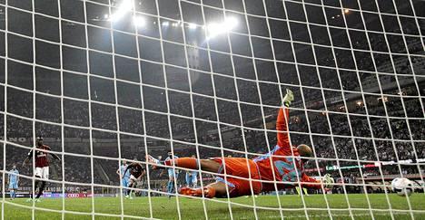 Pepe Reina torjui Mario Balotellin laukoman rangaistuspotkun.