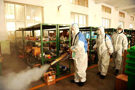 Kiinalaisen lasivalmistaja Qingdao Jinjingin tehdasta puhdistettiin helmikuun alussa koronavirustartuntojen ehkäisemiseksi.