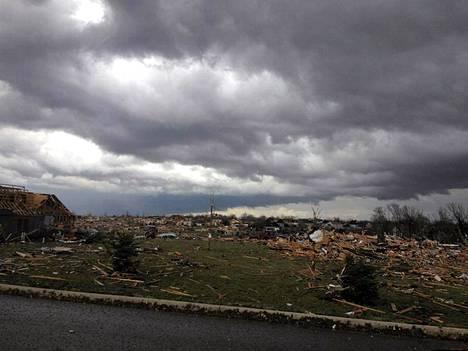 Tornado repi taloja Illinoisin osavaltiossa Yhdysvalloissa.