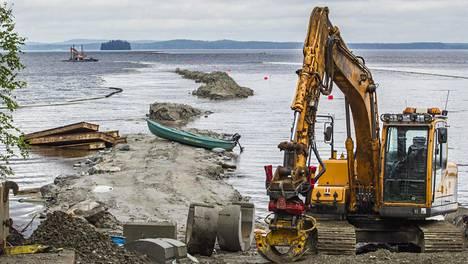 Terrafamen Sotkamon monimetallikaivoksen ja Nuasjärven välinen purkuputki vedettiin Nuasjärven rantaan elokuussa 2015.