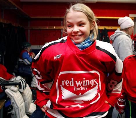 """Nellie Karlbergin mielestä tyttökin jaksaa pelata jääkiekkoa, kun vain harjoittelee tarpeeksi. """"Sitten se on hauskaa"""", hän sanoo."""