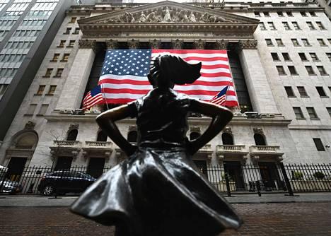 Odotukset mittavasta elvytyspaketista sai pörssikurssit nousuun jo tiistaina. Peloton tyttö -pronssipatsas katselee New Yorkin pörssiä.