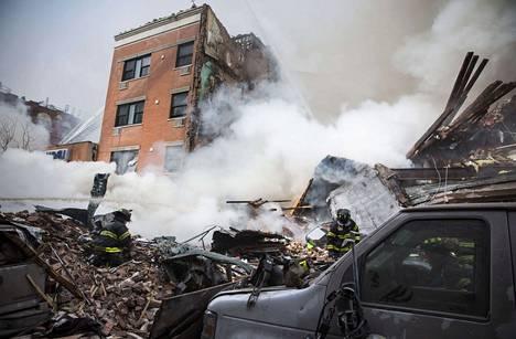 Talojen raunioissa roihunneet tulipalot vaikeuttivat pelastustöitä useiden tuntien ajan.