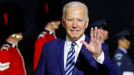 Yhdysvaltain presidentti Joe Biden tervehti vastaanottajia saapuessaan Britanniaan myöhään keskiviikkoiltana.