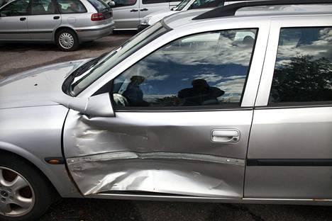"""Tämä Opel päätyi lunastuksen kautta myyntiin Autovahinkokeskukseen. Monet lunastetut autot päätyvät korjattuina myyntiin ja tien päälle. """"Näen siinä riskin, että kuka tahansa voi ostaa lunastusauton ja korjata sen missä tahansa ja miten tahansa"""", sanoo korjaamoketjun johtaja Patrik Puskala."""
