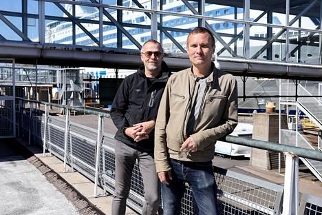 Helsinkiläiset Atte Backström (vas.) ja Mika Kuhanen pitävät risteilyistä, mutta maihinnousu Tukholmassa ei nyt innostaisi. Bäckström arvioi, että ravintoloilta vaadittaisiin tarkkuutta, jos Tukholmasta saapuisi vierailijoita Helsinkiin.