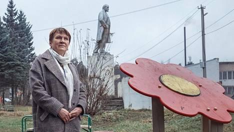 Maksatihan taajamaneuvon puheenjohtaja Nina Sinjuškina kylän keskustassa sijaitsevassa leikkipuistossa, joka on määrä uudistaa.