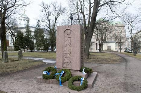 Vanhassa kirkkopuistossa sijaitsevan Vironkävijäin muistomerkin risti on kääntynyt Yrjönkadun suuntaan, kun sen pitäisi antaa Bulevardille.