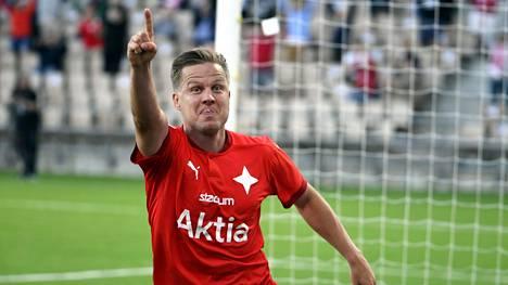 HIFK:n Jani Bäckman juhli tehtyään 2-0 -maalin TPS:n verkkoon 10. elokuuta Helsingissä pelatussa ottelussa.